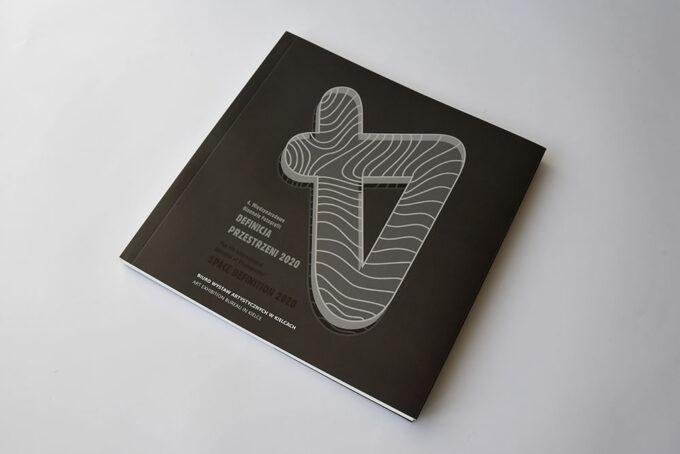 """alt=21 """"Katalog Definicja Przestrzeni 4 Międzynarodowego Biennale Fotografii 0"""""""