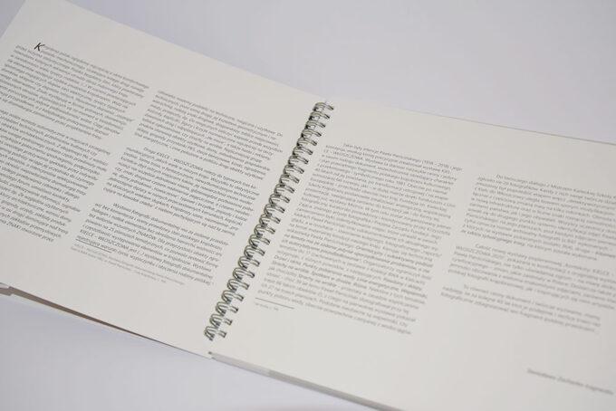 rozkładówka z tekstem katalog Konteksty Kielce Wloszczowa 3