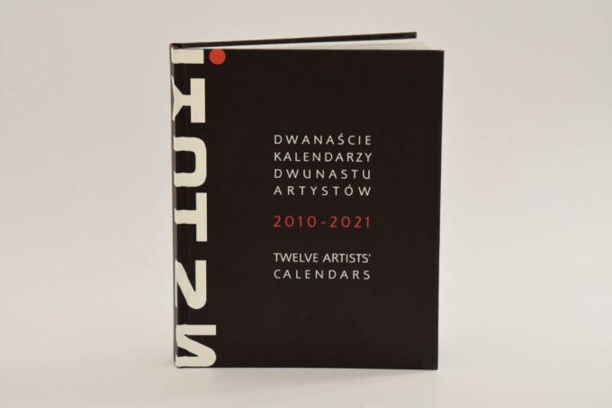 okładka albumu z białym i literami sztuki