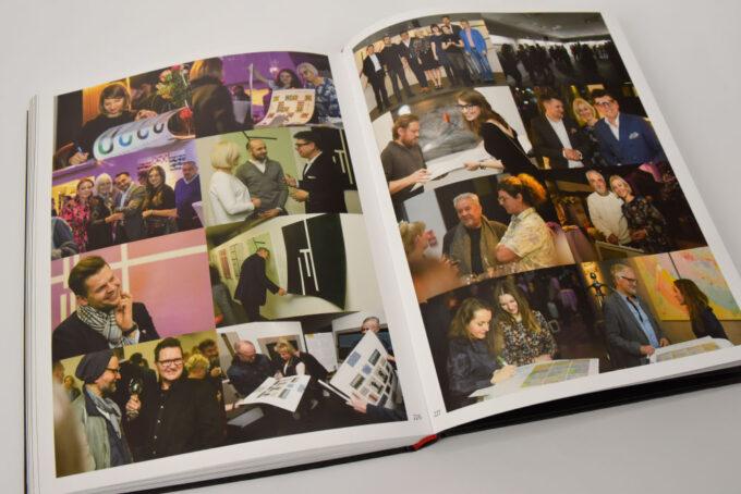 rozkładówka ze zdjęciami artystów i organizatorów z Fundacji Nowa Przestrzeń sztuki