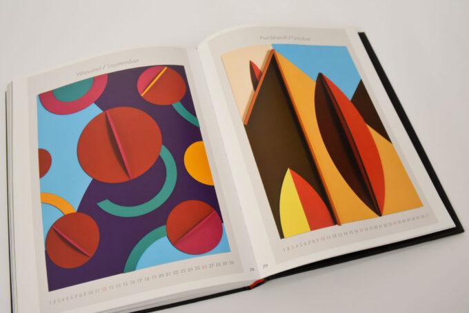 na rozkładówce obrazy z kolorowymi figurami geometrycznymi