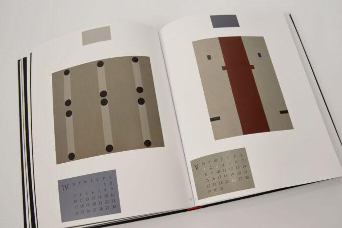na rozkładówce obrazy geometryczne, płasko malowane przedstawiają linie i kropki